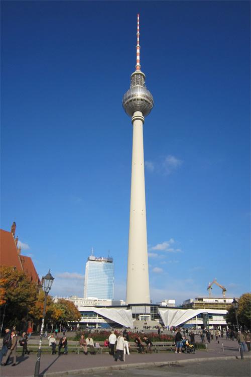 Tv turm Berlin - TV Tårnet - Set fra det røde rådhus, Tæt på TV tårnet