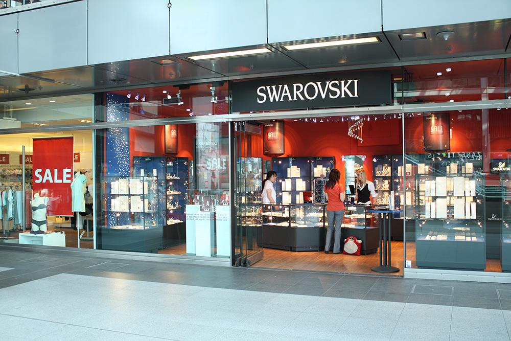 Berlin Hauptbahnhof - Her er der masser af forretninger, f.eks. Swarovski